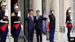 Presiden Perancis Emanuel Macron (tengah, kanan) bersama PM Jepang Shinzo Abe, di Istana Elysee, Paris, Perancis, 23 April 2019.