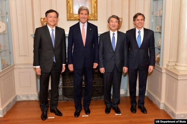 左起:日本外务次官齐木昭隆、美国国务卿克里、韩国外交部第一次官赵太庸、美国副国务卿布林肯(图片来源:美国国务院)
