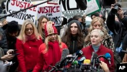 Mira Sorvino es una de las actrices que denunció a Harvey Weinstein y estuvo detrás de la creación y promoción del movimiento #MeToo que surgió alrededor del juicio a Weinstein.