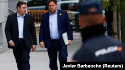 Imagen de del exvicepresidente Oriol Junqueras (a la derecha) a su llegada al Tribunal Supremo para declarar el 2 de noviembre de 2017.