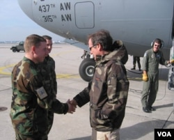 Actor-comedian Robin Williams visits U.S. troops in Afghanistan in 2002 (VOA/K. Farabaugh)