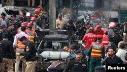 17일 폭탄 공격이 발생한 파키스탄 라호르 시 경찰청사 인근에 경찰과 구조대가 출동했다.