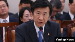 윤병세 한국 외교부 장관이 24일 국회 외교통일위원회 전체회의에서 진행된 업무보고에서 발언하고 있다.