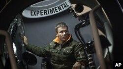 Ông Felix Baumgartner chuẩn bị chuyến bay để thực hiện cú nhảy