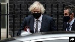 រូបឯកសារ៖ នាយករដ្ឋមន្រ្តីអង់គ្លេសលោក Boris Johnson ចាកចេញការិយាល័យនាយករដ្ឋមន្រ្តី នៅផ្លូវ Downing Street ដើម្បីទៅវិមានសភាក្នុងទីក្រុងឡុងដ៍ កាលពីថ្ងៃទី២៤ ខែមីនា ឆ្នាំ២០២១។