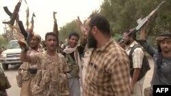 Des forces progovernementales yéménites se rassemblent au sud de l'aéroport de Hodeida, Yémen, le 15 juin 2018.