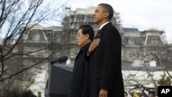 U.S. President Barack Obama and Chinese President Hu Jintao stand together during an official South Lawn arrival ceremony for Hu at the White House in Washington, January 19, 2011. REUTERS/Jason Reed (UNITED STATES - Tags: POLITICS)