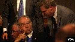 Senator AS Patrik Leahy (kiri).