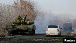 15일 우크라이나 동부 로집느 지역에서 친러 반군의 탱크가 마을을 지나고 있다.
