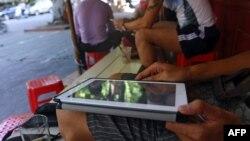 Seorang pria menggunakan tabletnya untuk mengakses internet lewat wifi (foto: ilustrasi).