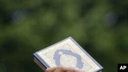 星期五一名穆斯林抗議者在美國駐吉隆坡大使館前高舉可蘭經