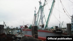 ျမန္မာေလွလုပ္သားေတြ အလုပ္လုပ္ကုိင္ေနတဲ့ ငါးဖမ္းေလွတစီးပံု