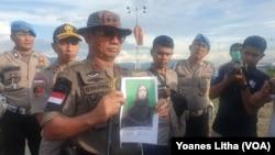 Kapolda Sulawesi Tengah Irjen Syafril Nursal (20/3) memperlihatkan foto salah seorang anggota MIT yang telah menyerahkan diri kepada aparat di Poso. (Foto: VOA/Yoanes Litha)