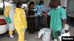 Des agents de santé lors d'une séance de formation pour lutter contre le virus Ebola à Kinshasa le 21 octobre 2014.
