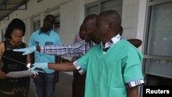 Un agent de santé à Kinshasa le 21 octobre 2014.