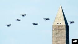 大批二战时期飞机星期五飞过华盛顿上空