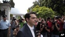 8일 대통령궁을 나오는 그리스 좌파 시리자당 대표 알렉시스 치프라스.