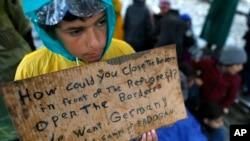 Seorang anak migran yang ingin pergi ke Jerman. Mereka menuntut dibukanya perbatasan Yunani dan Makedonia. Idomeni, Yunani.