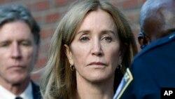 Felicity Huffman abandona la corte federal con su hermano Moore Huffman Jr., luego de que fue sentenciada en un escándalo de soborno de admisiones universitarias a nivel nacional, el viernes 13 de septiembre de 2019 en Boston. (Foto AP / Michael Dwyer).