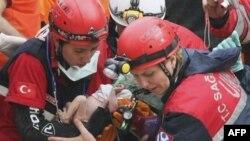 Nhân viên cứu hộ Thổ Nhĩ Kỳ đưa bé gái 2 tuần tuổi Azra Karaduman ra khỏi đống đổ nát của một tòa nhà bị sụp đổ ở Ercis, Van, miền đông Thổ Nhĩ Kỳ, ngày 25/10/2011