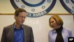 이스라엘 시오니스트연합당의 이삭 헤르조그와 치피 리브니 공동 대표가 18일 입장 발표를 위해 텔아비브 시 당사에 도착했다.