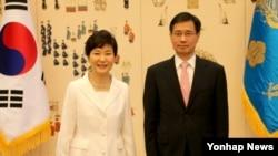 박근혜 한국 대통령이 14일 청와대에서 박노벽 신임 주러시아대사(오른쪽)에게 신임장을 수여하고 나서 기념촬영하고 있다.
