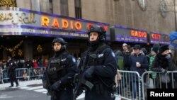 纽约市梅西感恩节大游行前纽约警察在街头站岗(2017年11月23日)