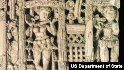صفحه یی از عاج با مجسمه یی که به صورت برجسته در آن تراشیده شده، از آثاری بگرام و مربوط به دوره گریکو بودیک افغانستان می باشد.