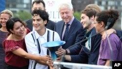 Mantan Presiden AS Bill Clinton, Tim Rutopia, dan para hakim Hult Prize muncul di atas panggung pada Final Hult Prize dan Awards 2019 Hult di PBB,14 September, 2019 di New York. (Foto: AP)
