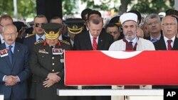 6일 터기 동부 말라탸 시에서 거행된 희생자 군인의 장례식장.