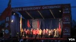 俄共去年在莫斯科举行的纪念十月革命周年集会 (美国之音白桦拍摄)