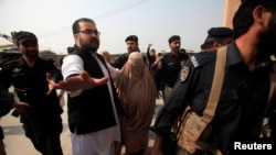 شربت گلہ کو گزشتہ ہفتے پشاور کی ایک عدالت میں پیش کیا گیا