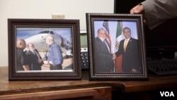 El alcalde de Nogales, Arizona, John Doyle exhibe una foto suya junto a su contraparte de Nogales, México. A la izquierda, una foto suya junto al secretario de Seguridad Nacional, John Kelly. (Foto: R. Taylor/VOA)