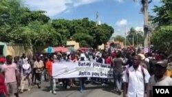 ພວກນັກສຶສາມະຫາວິທະຍາໄລ ຫຼາຍຮ້ອຍຄົນ ພາກັນປະທ້ວງເຕັມຖະໜົນ ທີ່ນະຄອນຫຼວງ Port-au-Prince ປະເທດເຮຕີ ວັນທີ 9 ຕຸລາ 2020.