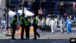 4月17日2013年警察和调查人员在波士顿马拉松赛终点线附近做严密检查