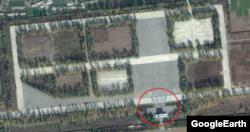 2014년 평양 미림비행장 북쪽을 찍은 구글어스의 위성사진. 지휘부가 열병식을 참관하는 건물 앞으로 '승리'라는 글자를 만들고 있는 병력 무리가 보인다. (사진출처=구글어스/디지털글로브)