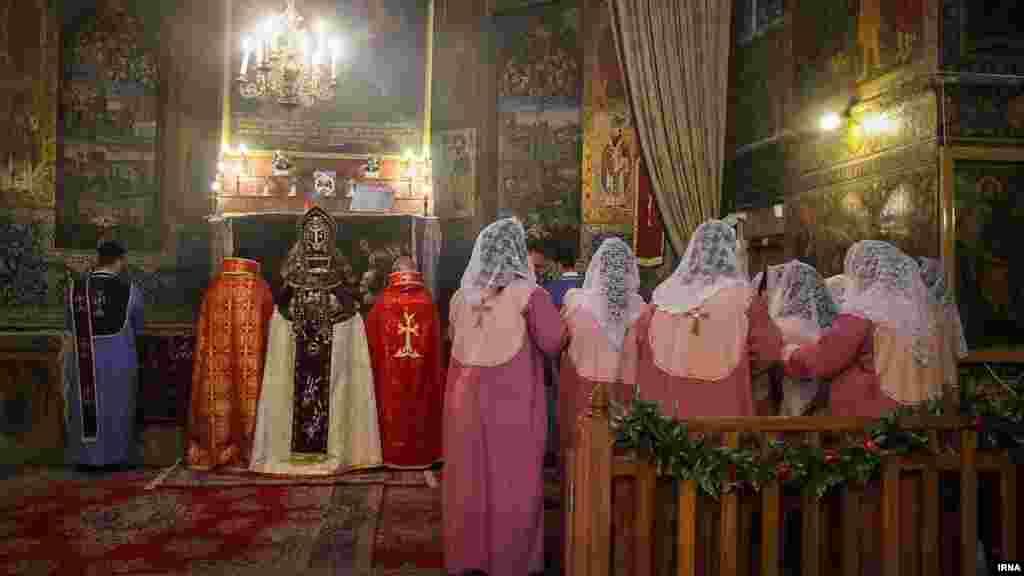 مراسم عشاء ربانی و غسل تعمید در کلیسای مریم اصفهان. مسیحیان ارتدوکس ششم ژانویه هر سال مراسم اصلی خود را برگزار می کنند. عکس: کاظم قانع، ایرنا