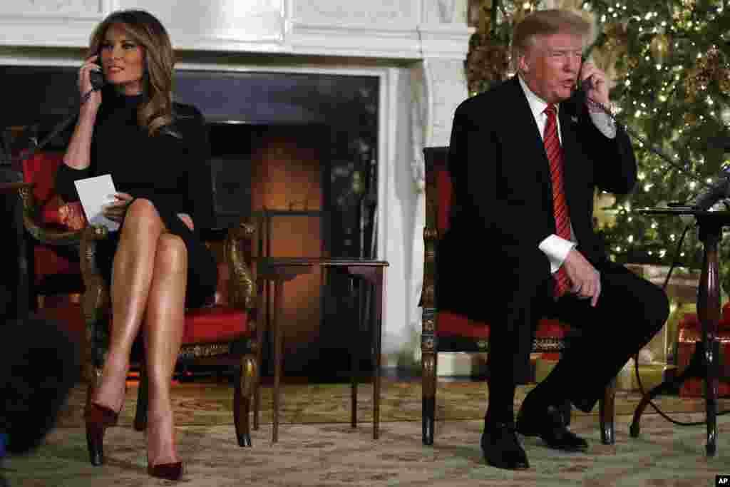 """2018年12月24日聖誕平安夜,在白宮,美國總統特朗普和夫人在電話上向兒童介紹聖誕老人的行蹤。他們延續白宮63年的傳統,接聽北美航空航天防禦司令部(NORAD)的""""聖誕老人熱線""""。"""