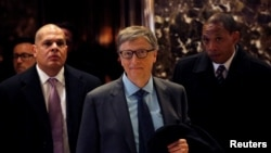 Bill Gates keluar dari lobi Trump Tower di Manhattan, kota New York (13/12). (Reuters/Andrew Kelly)