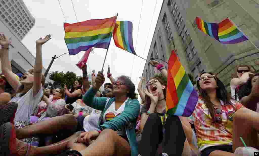 Pawai Gay Pride tahunan yang ke-41 di Seattle (28/6). (AP/Elaine Thompson)