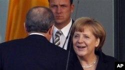 Kanselir Jerman Angela Merkel menyambut kehadiran PM Turki Tayyib Erdogan di Berlin, Jerman (31/10). Angela Merkel menjamu para pemimpin badan keuangan global untuk membicarakan upaya menghidupkan kembali ekonomi yang macet di dunia Barat.
