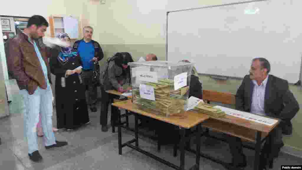 ترکی کے باشندوں نے گزشتہ پانچ ماہ میں دوسری بار پارلیمانی انتخابات کے لیے ووٹ ڈالے۔