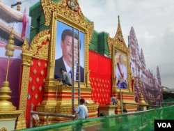 Phnom Penh authorities installed portraits of Chinese President Xi Jinpin and Cambodia King, Norodom Sihamoni in a Phnom Penh's garden on October 11, 2016. Xi will pay his two-day state visit in Cambodia starting from Thursday this week. (Neou Vannarin/VOA Khmer)