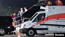 지난 2017년 6월 북한에서 풀려난 미국인 오토 웜비어 씨를 태운 미군 군용기가 신시내티 런컨 공항에 도착했다. 의식불명 상태의 웜비어 씨(푸른색 상의)는 곧바로 군용기에서 구급차로 옮겨졌다.