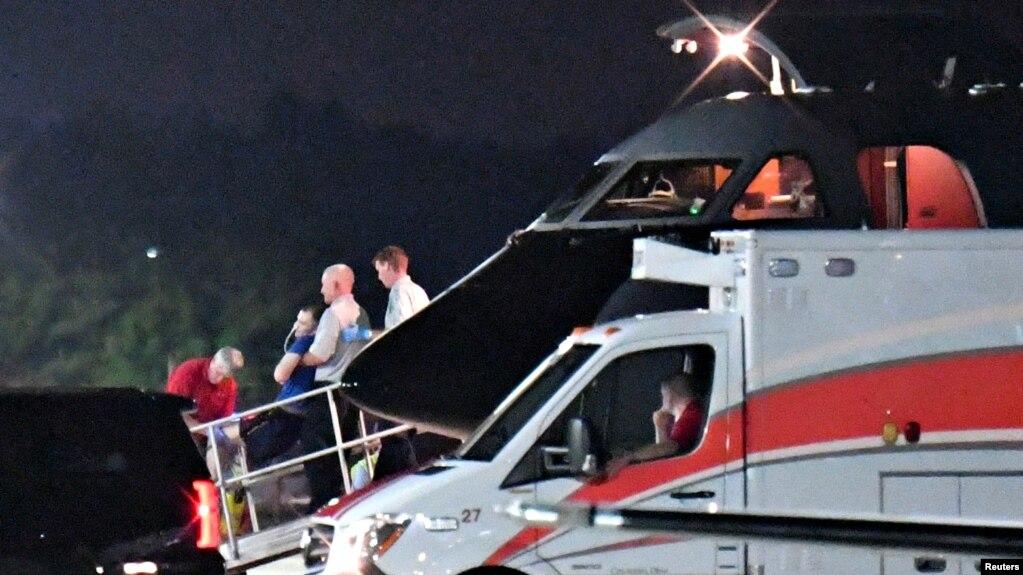 Otto Warmbier được chuyển từ máy bay vận tải y khoa sang một xe cấp cứu đang chờ sẵn ở Sân bay Lunken ở thành phố Cincinnati, bang Ohio, ngày 13 tháng 6, 2017.