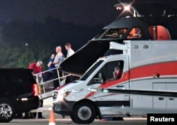 북한에 억류됐다 풀려난 미국인 대학생 오토 웜비어 씨가 탄 미군 군용기가 13일 오하이오주 신시내티 런컨 공항에 도착했다. 웜비어 씨로 보이는 남성(푸른색 상의)이 군용기에서 구급차로 옮겨지고 있다.