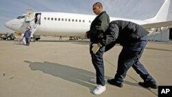 Một di dân bị trục xuất khỏi Mỹ.