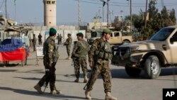 Binh lính thuộc Quân đội Quốc gia Afghanistan đang chặn con đường đến cửa chính của Sân bay Bagram ở Bagram, phía bắc thủ đô Kabul, Afghanistan, thứ Bảy ngày 12 tháng 11 năm 2016.