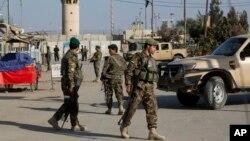 阿富汗军官在喀布尔巡视