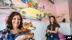 Laurie Bernie, kiri, pendiri LIFE Animal Rescue dan putrinya Emily, kanan, dengan Casey, kiri, dan Velvet di tempat penampungan di Agoura Hills, California. LIFE telah menempatkan 50 anjing dari Thailand dalam dua tahun terakhir.